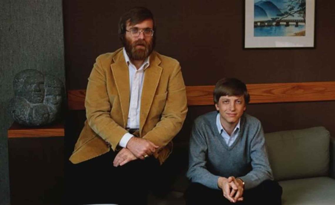 El acuerdo que Bill Gates (der.) y Paul Allen firmaron con IBM, sentó las bases del éxito de Microsoft en la década de 1980. FOTO: Cortesía.