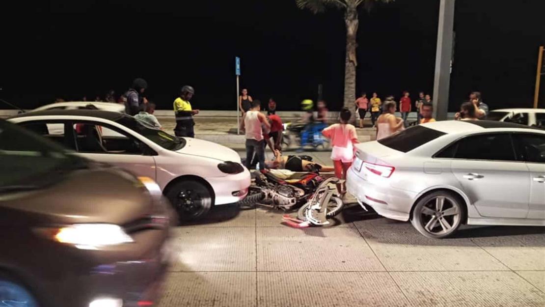 Conductor embiste a pareja en motocicleta en el malecón de Mazatlán