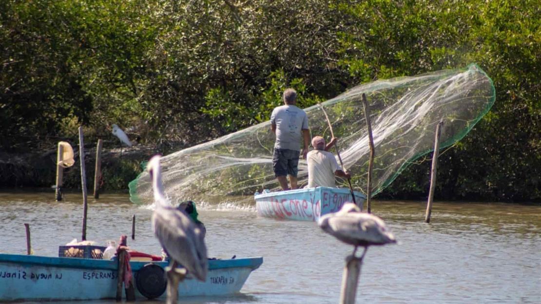 Pescadores ansían comprar un teléfono para que sus hijos puedan estudiar
