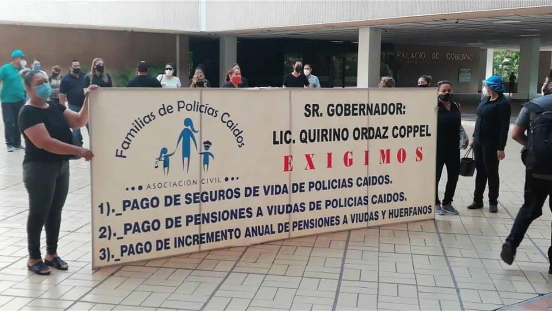 Viudas de policías se manifiestan en Palacio de Gobierno