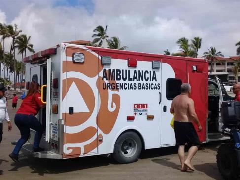 Salvavidas rescatan a turista en Mazatlán