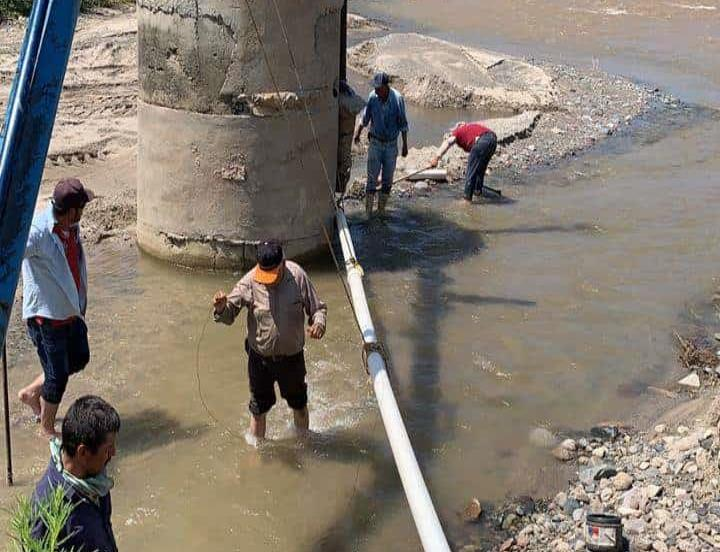 Creciente de arroyo se lleva tubería de la Japamch y deja sin agua al Centro de Choix
