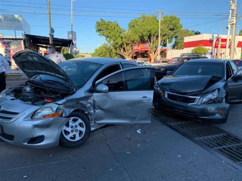 Aparatoso accidente deja daños materiales al sur de Los Mochis