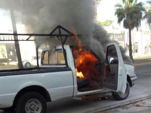 Se incendia camioneta al poniente de Los Mochis