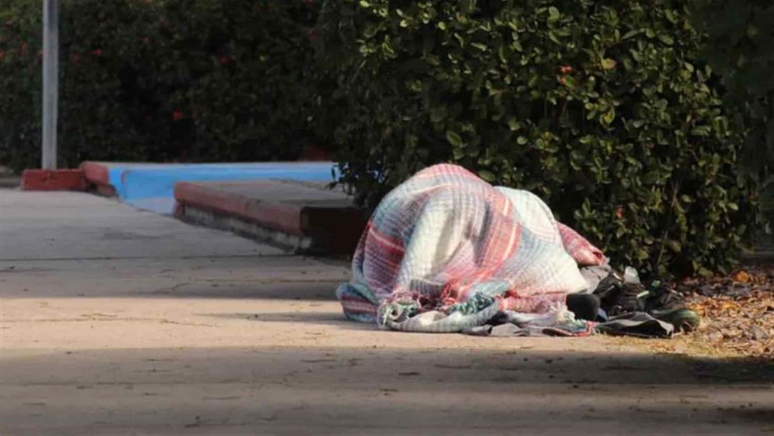 Piden donar cobijas para familias de pacientes que duermen afuera de los hospitales