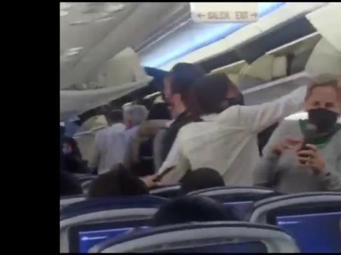Insultan a AMLO al bajar de un avión