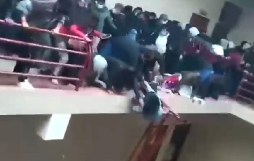 Mueren 3 estudiantes al caer desde un cuarto piso en Bolivia