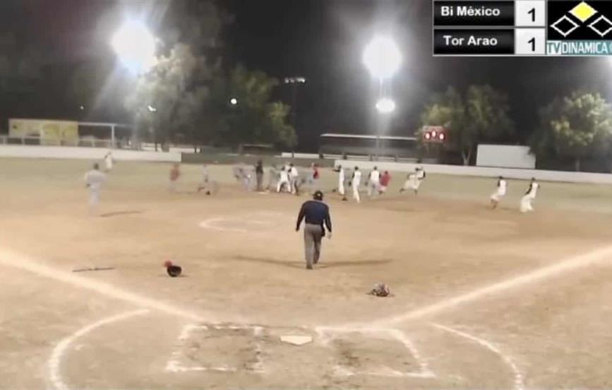 Batalla campal en juego de softbol en Los Mochis
