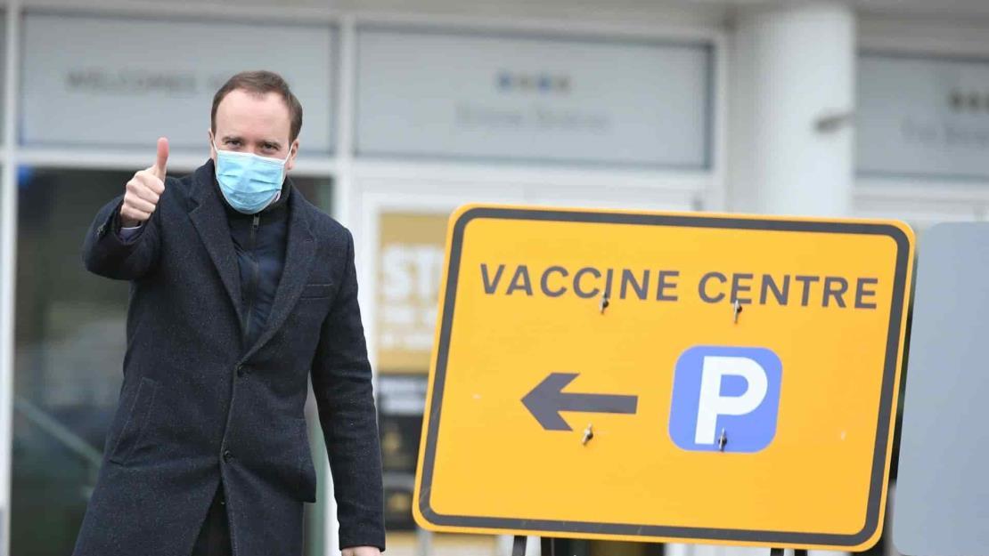 El Gobierno británico anima a vacunarse pese al posible riesgo de AstraZeneca