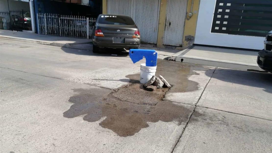 Vecinos de El Chamizal se quejan de mega fuga de agua potable