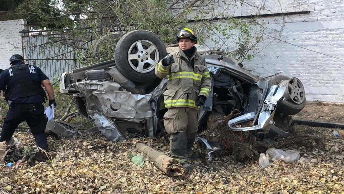Aparatoso accidente en Guasave deja un joven lesionado