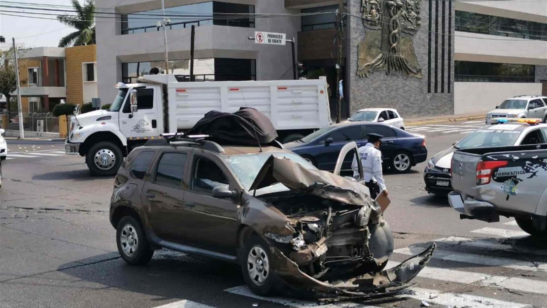 Choque entre vehículos cerca de La Lomita, deja sólo daños materiales