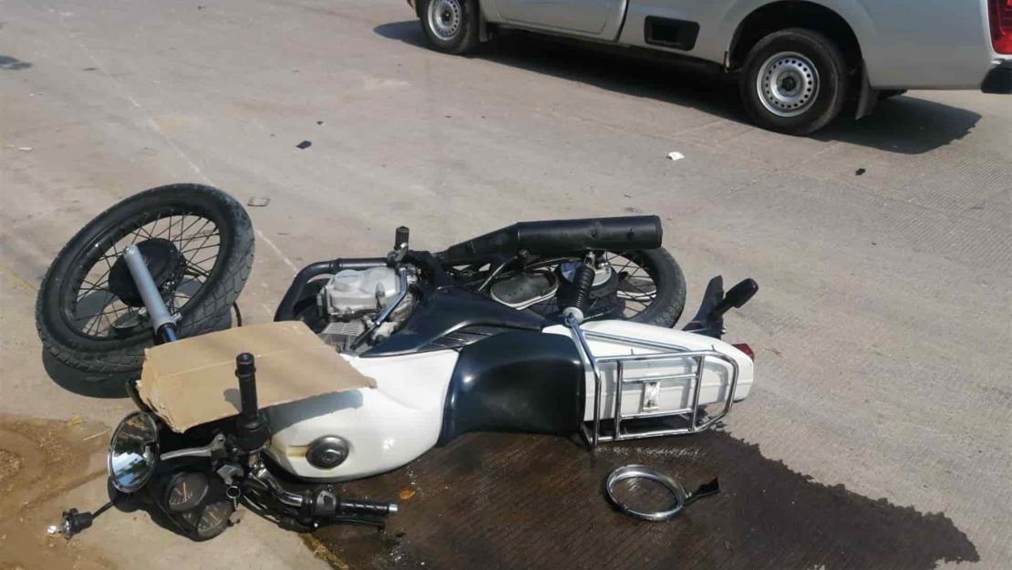 Por pasarle el alto, conductor embiste a motociclista en Culiacán