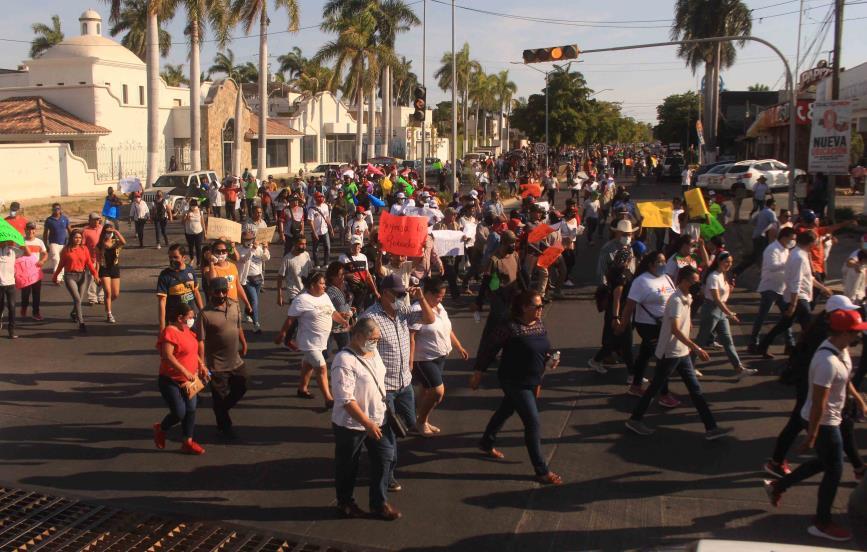 Realizan marcha por la democracia hacia el Comite municipal electoral de Ahome