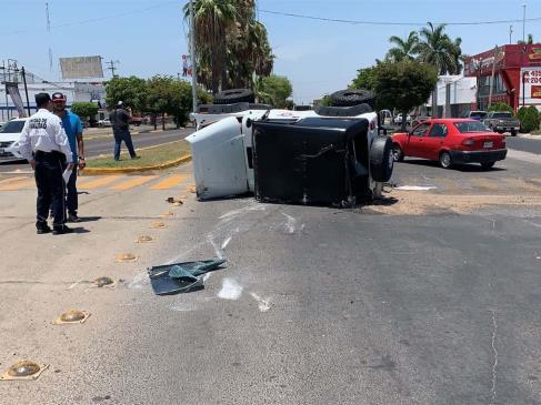 Tras chocar vuelca camioneta en Las Fuentes, al nororiente de Los Mochis