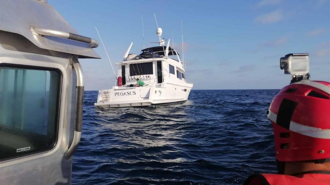 Rescatan a dos personas que estaban a la deriva en un yate en la costa de Mazatlán