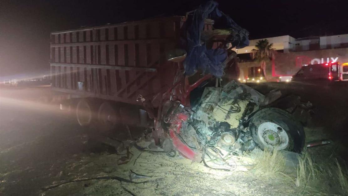 Un lesionado tras chocar tractocamión y torton en la México 15