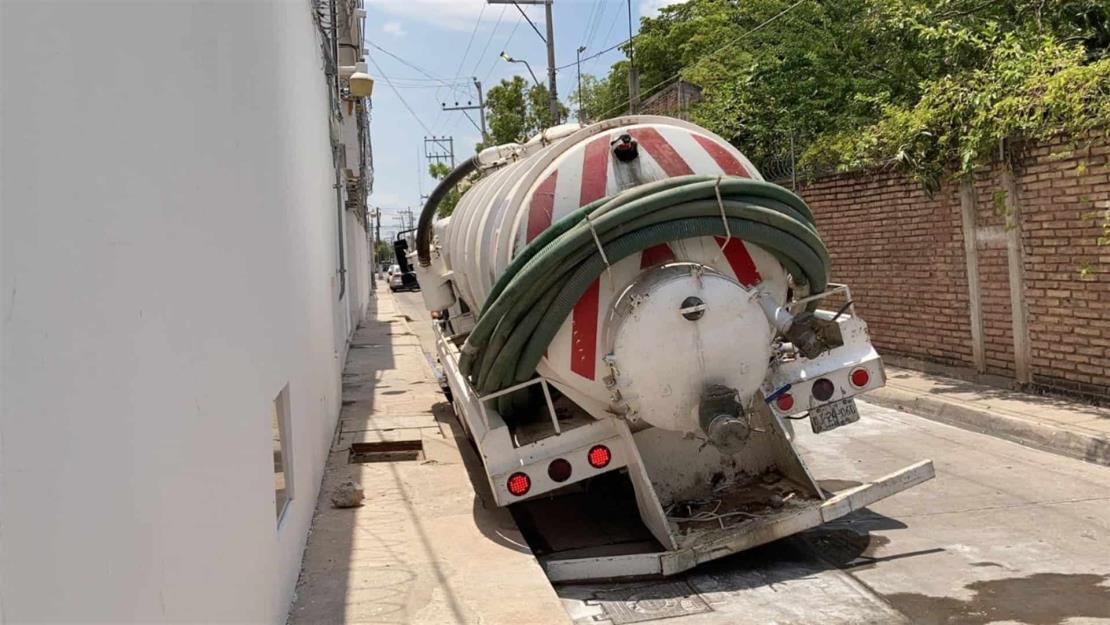 Se abre socavón en el Centro de Los Mochis y cae camión pesado