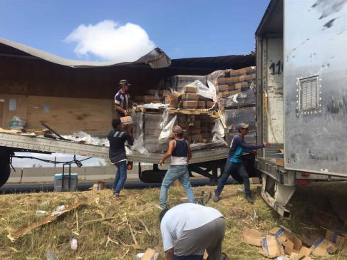 Miles de pesos en daños y rapiña tras chocar tráileres en la México 15