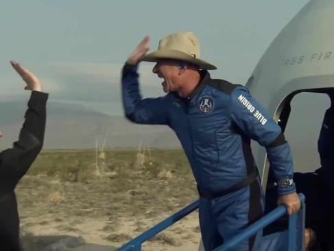 Jeff Bezos vuelve a tierra tras alcanzar el espacio en cohete de Blue Origin