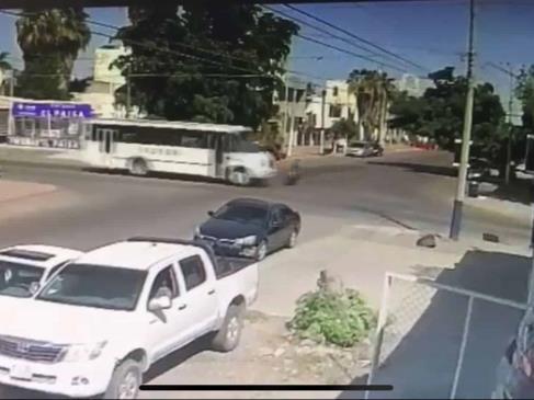 Motociclista se pasa un alto y choca contra un camión urbano