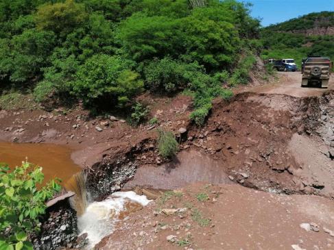 Arroyo derrumba camino que comunica Choix con Chihuahua