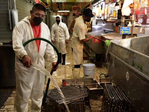 Desinfectan el Mercado Garmendia en Culiacán