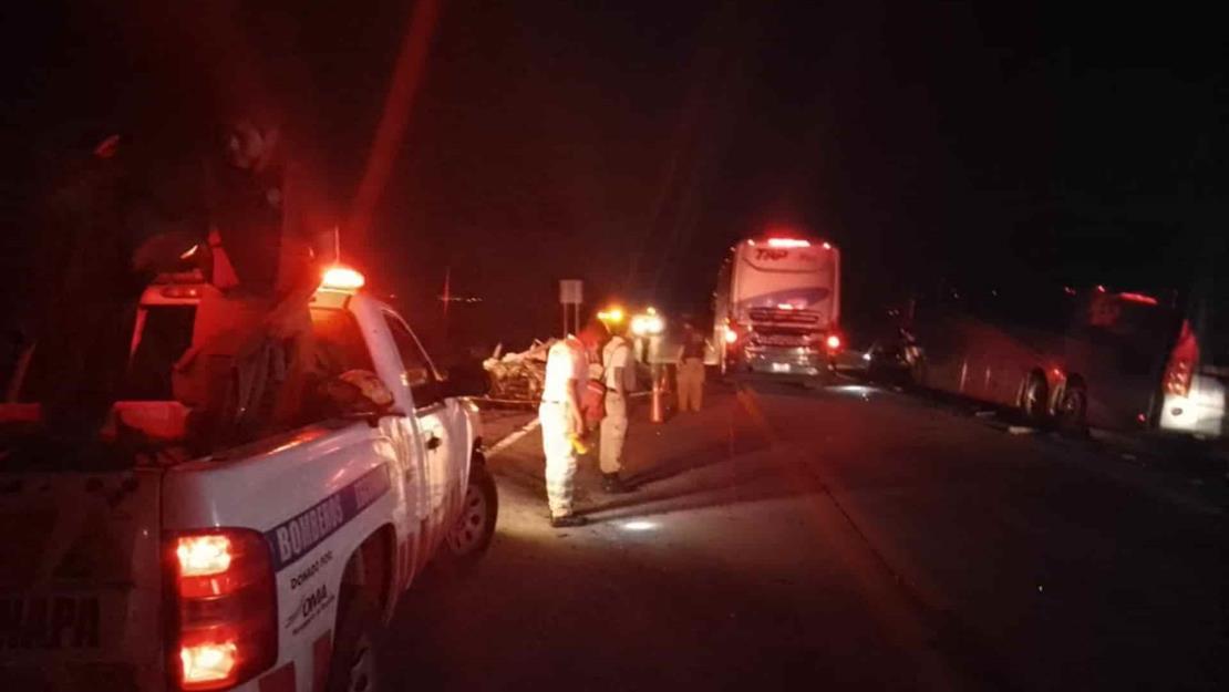 Choque de autobús de pasajeros y auto deja dos muertos en la Mazatlán-Tepic