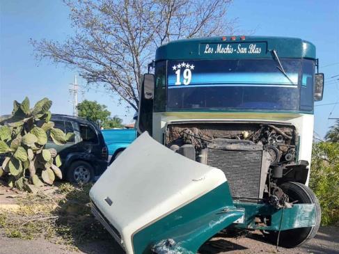 Choca camión de pasajeros sobre la carretera Los Mochis-Choix, en el 5 de Mayo
